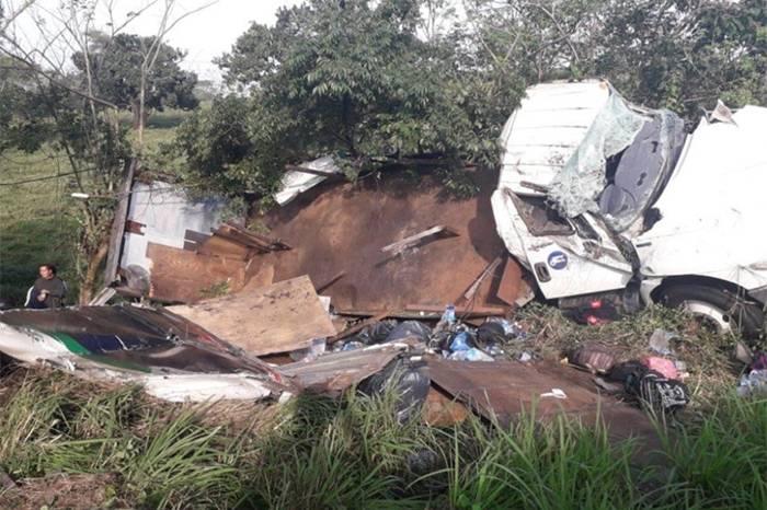 Accidente de camión con migrantes deja un muerto y 45 heridos