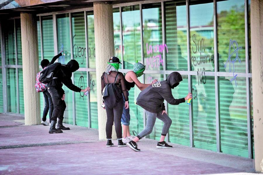 Marchan 250 encapuchados en la UNAM; vandalizan... otra vez