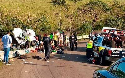 Se vuelca un camión;hay un muerto y 45 heridos