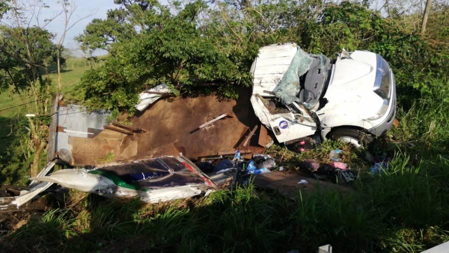 Volcadura de camión con migrantes deja un muerto y decenas de lesionados