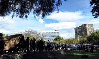 Manifestantes arriban a la explanada de Rectoría de la UNAM