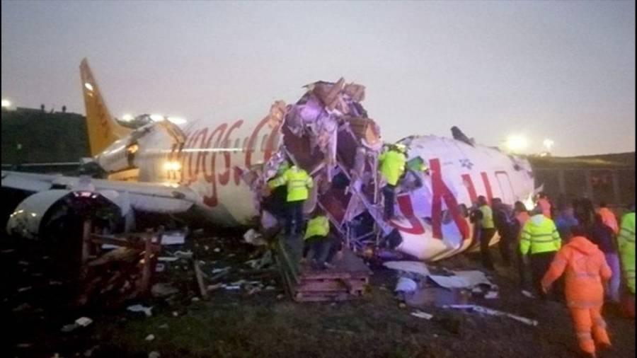Aterriza un avión de pasajeros y se parte en tres, en Turquía