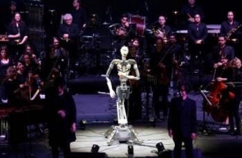 VIDEO: Alter 3, el robot que dirige orquestas humanas
