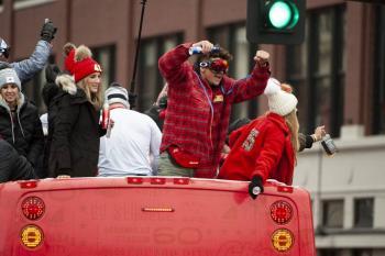 Aficionados de Kansas City por fin celebran la llegada del Vince Lombardi tras 50 años
