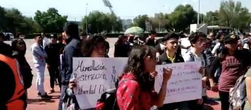 Alumnos del CCH Azcapotzalco llegan a Rectoría