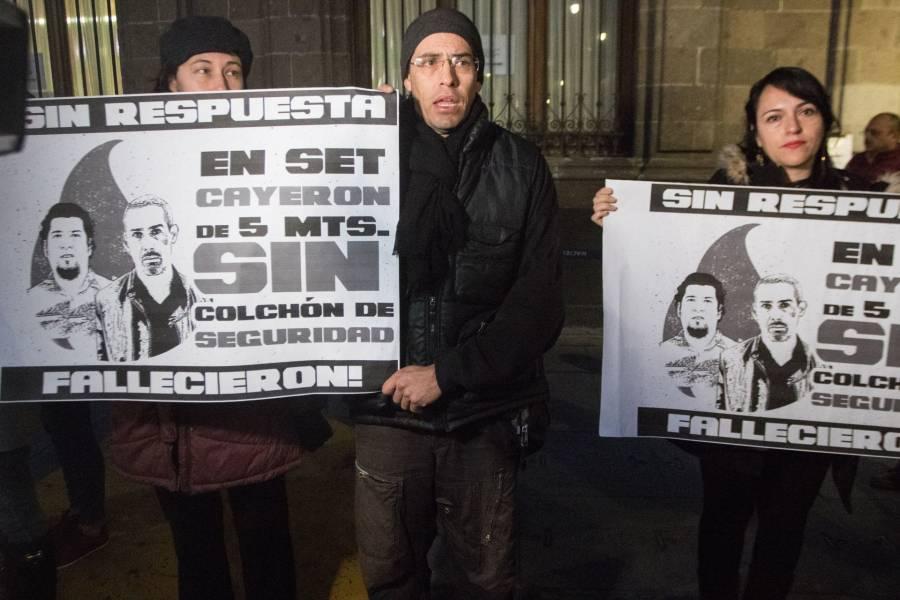 Grupos de inconformes se manifiestan fuera de Palacio Nacional