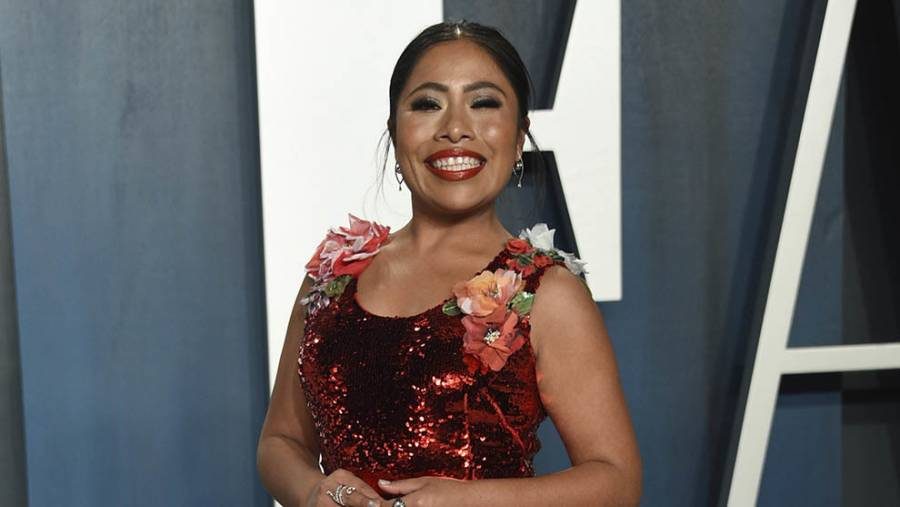 Sorprende Yalitza Aparicio con un vestido rojo en la fiesta de los Oscar
