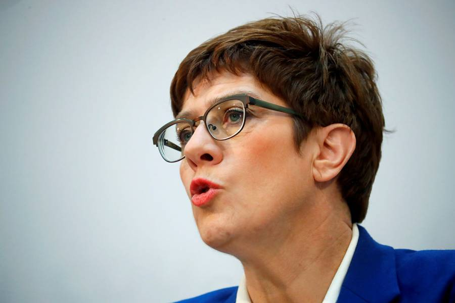 Kramp-Karrenbauer declina suceder a Angela Merkel