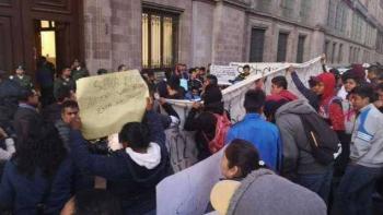 Vandalizan puerta de Palacio Nacional en Moneda