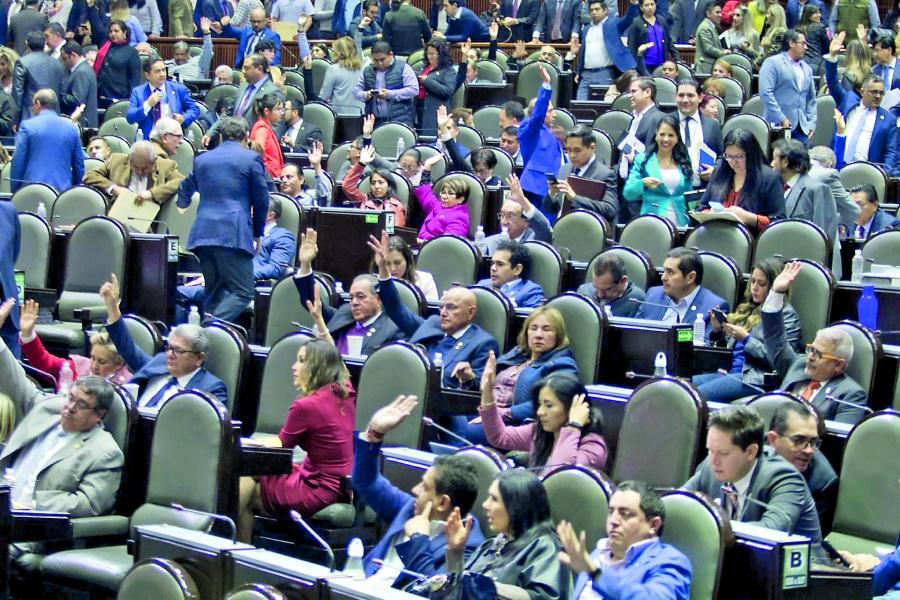 Morena va contra los altos salarios del INE