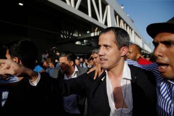 Juan Guaidó regresa a Venezuela entre empujones
