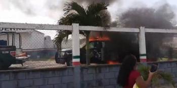 Autodefensas queman patrulla de la Fuerza Civil durante enfrentamiento