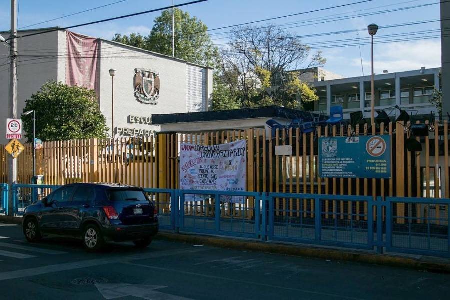 Encapuchados vuelven a tomar Prepa 8 de la UNAM