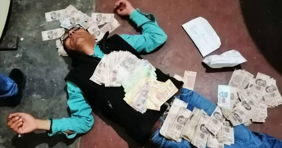 """Funcionario del PRI en Coahuila se fotografía """"ahogado"""" en billetes"""