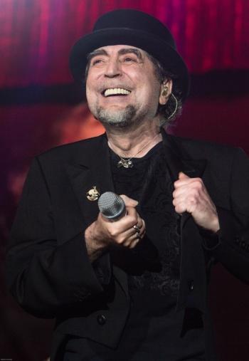 Un foco deslumbra a Joaquín Sabina en pleno concierto y lo hace caer