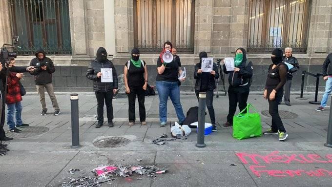 """Feministas queman """"cachito"""" de rifa del avión en Palacio Nacional"""