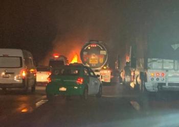 Incendio consume tráiler con 11 autos en la México-Puebla