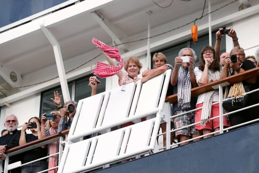El crucero rechazado por cinco países desembarca en Camboya