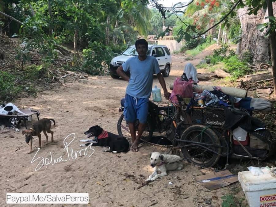 Con su triciclo como vehículo héroe salva a perritos de México