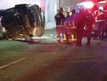 Automóvil cae del segundo piso del Periférico y deja un muerto