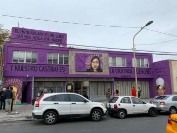 Sancionan a mujer por pintar mural contra feminicidio