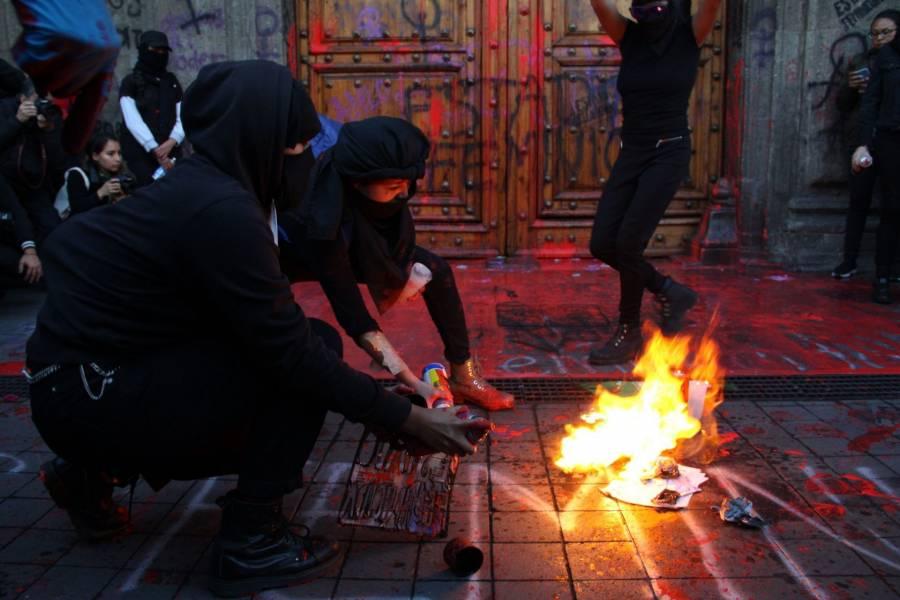 """""""No nos pinten las puertas"""" pide AMLO a feministas; se trabaja para combatir feminicidios"""