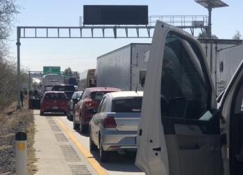Bloquean autopistas por prohibición de bolsas de plástico