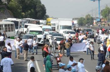 Recicladores bloquean autopista México-Pachuca