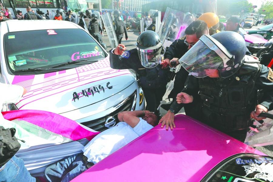 Taxistas y policías riñen por protesta