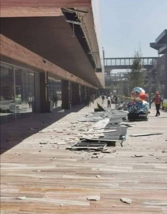 Se desprende fachada en plaza comercial de Coapa