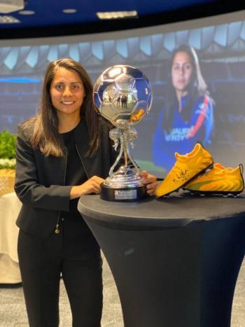 La futbolista Kenti Robles recibe premio en España