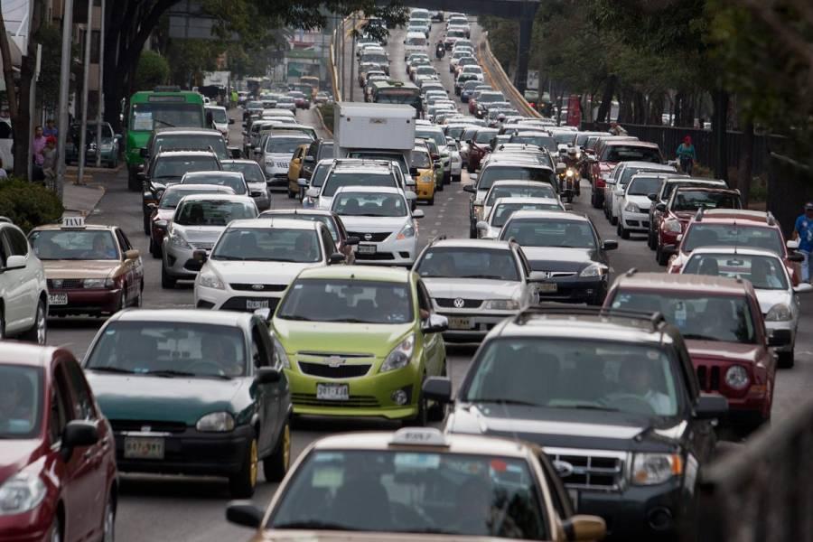 Dos choques causan dos lesionados y tráfico automovilístico
