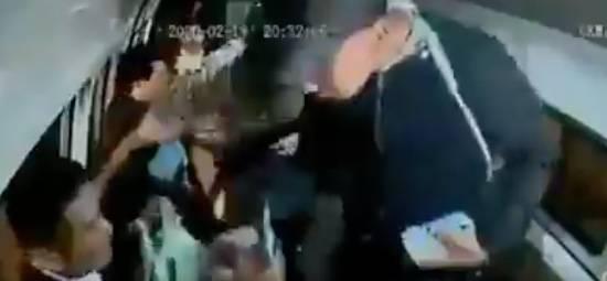 Asaltantes golpean a pasajeros en combi de Santa Martha Acatitla
