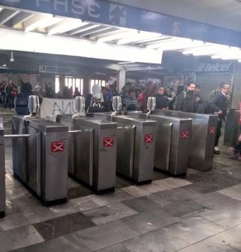 Mujeres protestan en Metro Tasqueña, se pronuncian contra violencia de género