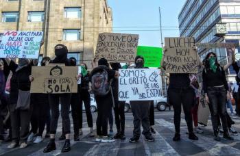 Colectivos feministas bloquean cruce entre Eje Central y Avenida Juárez
