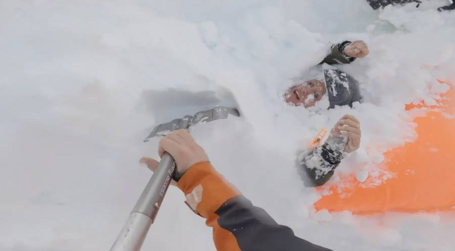 Rescatan a dos personas enterradas por avalancha