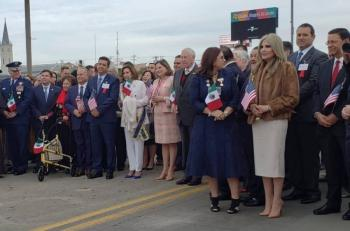 """Celebran """"Ceremonia del Abrazo"""" en frontera de Laredo y Nuevo Laredo"""