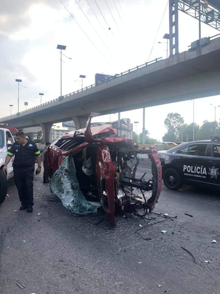 Cae camioneta del segundo piso en Satélite. El conductor está hospitalizado