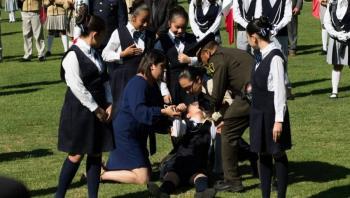 Niñas y una cadete se insolan y desmayan en ceremonia de La Bandera