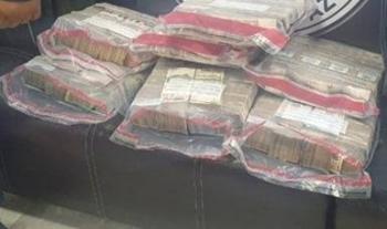Dos personas fueron detenidas con más de 16 millones de pesos en el AICM
