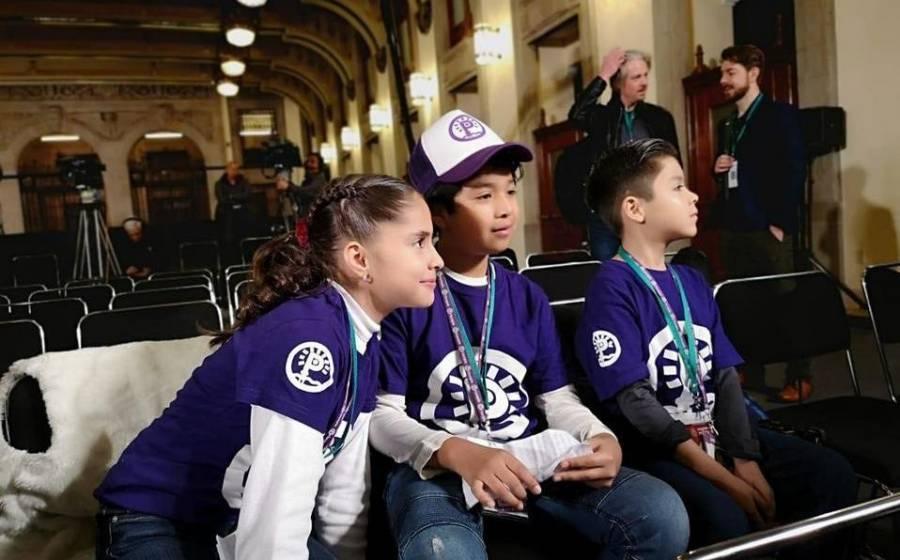 Se redime AMLO con niños reporteros, quienes lo cuestionaron sobre sus derechos