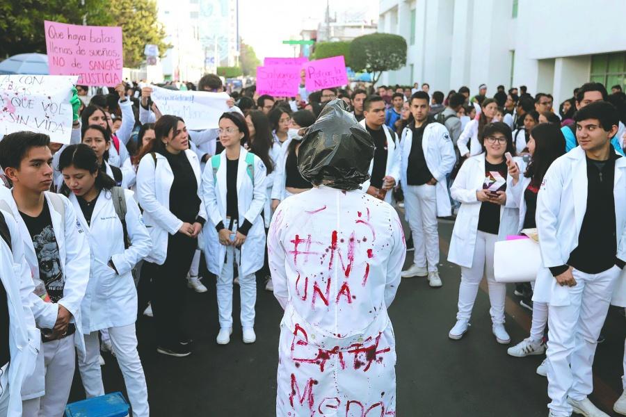 Alumnos de BUAP exigen justicia por asesinato de 4