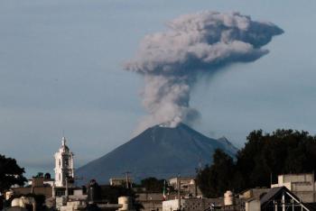 Captan fuerte explosión en Popocatépetl de 1.5 km de altura