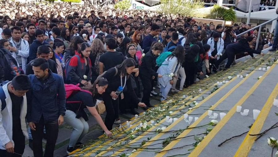 Alumnos hacen homenaje a compañeros asesinados