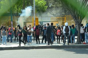 CCH Azcapotzalco llama a tomar clases extramuros; encapuchadas toman Economía