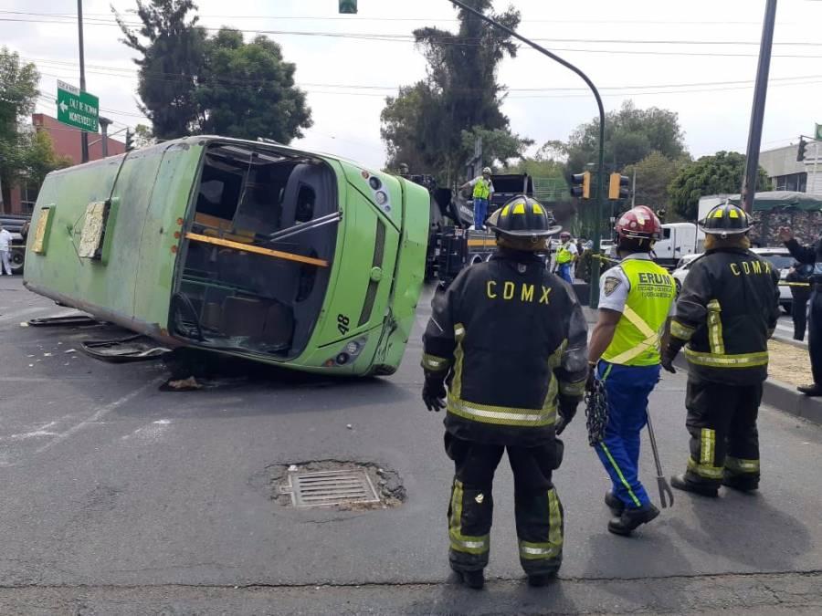 Vuelca camión de pasajeros tras ser embestido por camión con varillas