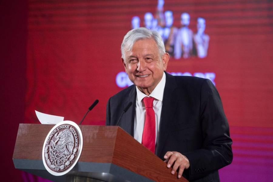 Ironiza AMLO con foto de Peña Nieto; pide a Calderón explicar por qué compró avión presidencial