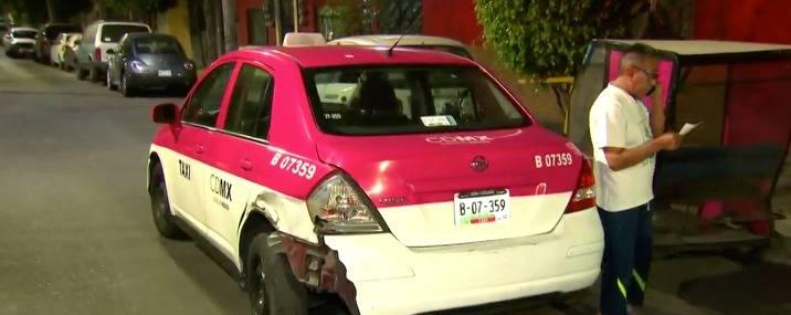 Taxista queda bajo su vehículo tras ser arrollado