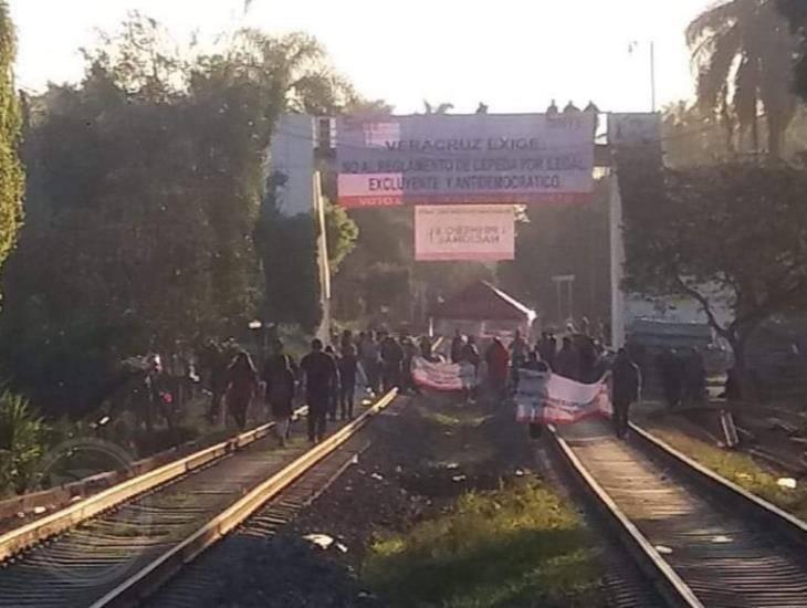 Bloquea SNTE vías del tren en diferentes estados