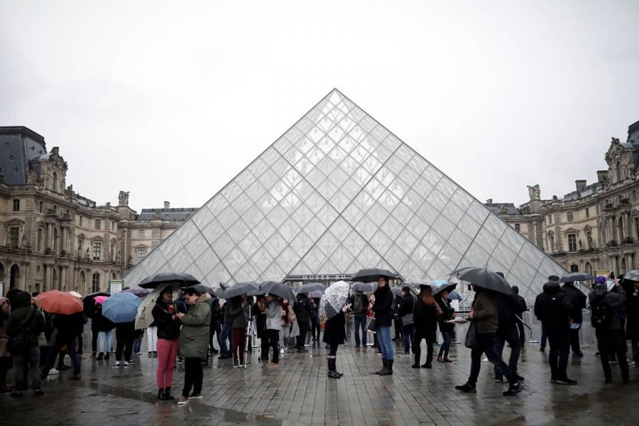 Museo del Louvre reabre luego de tres días por temor a coronavirus
